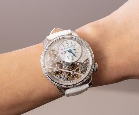 BA111OD Chapter 2 Diamonds on woman's wrist