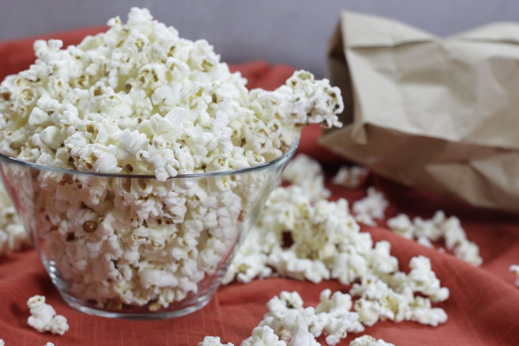From its storage bag to its composition, microwaved popcorn is one of the most toxic foods that can cause cancer.