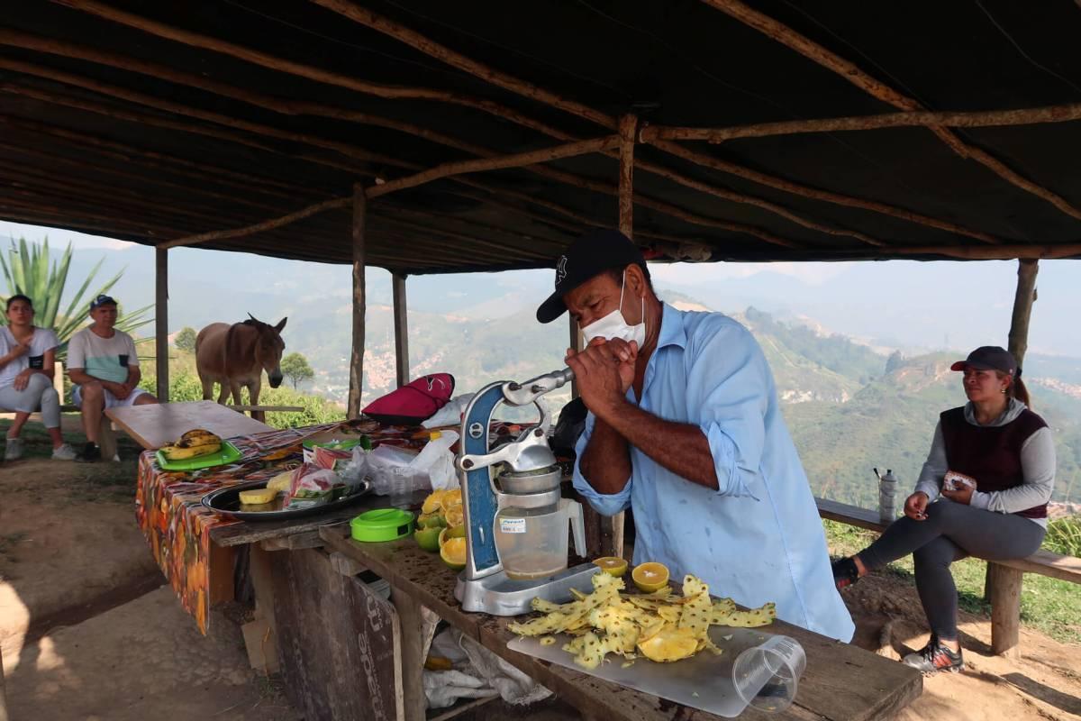 cerro las tres cruces fruit juice stand stop medellin colombia