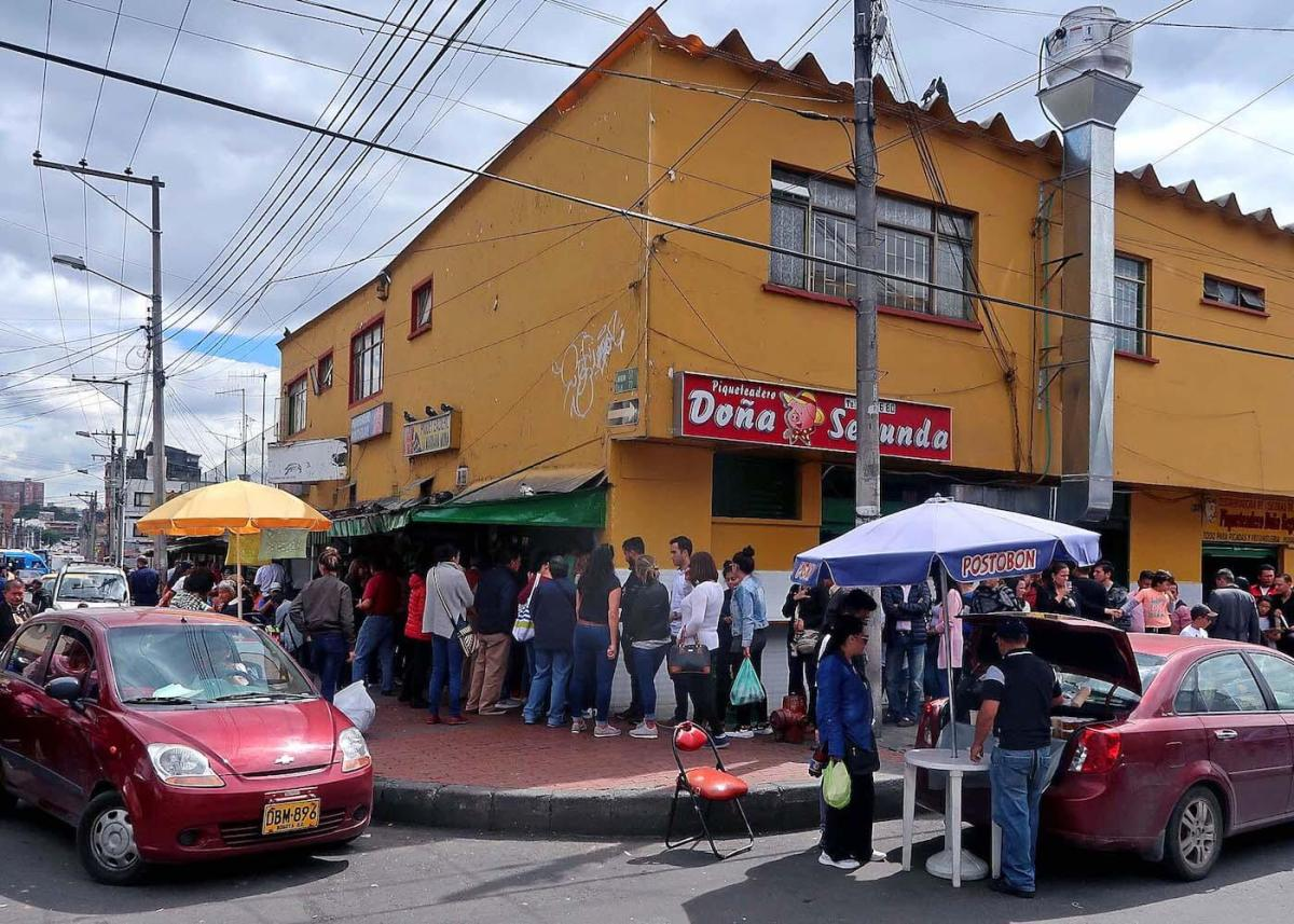 Dona Sgunda restaurant building with people lined up outside