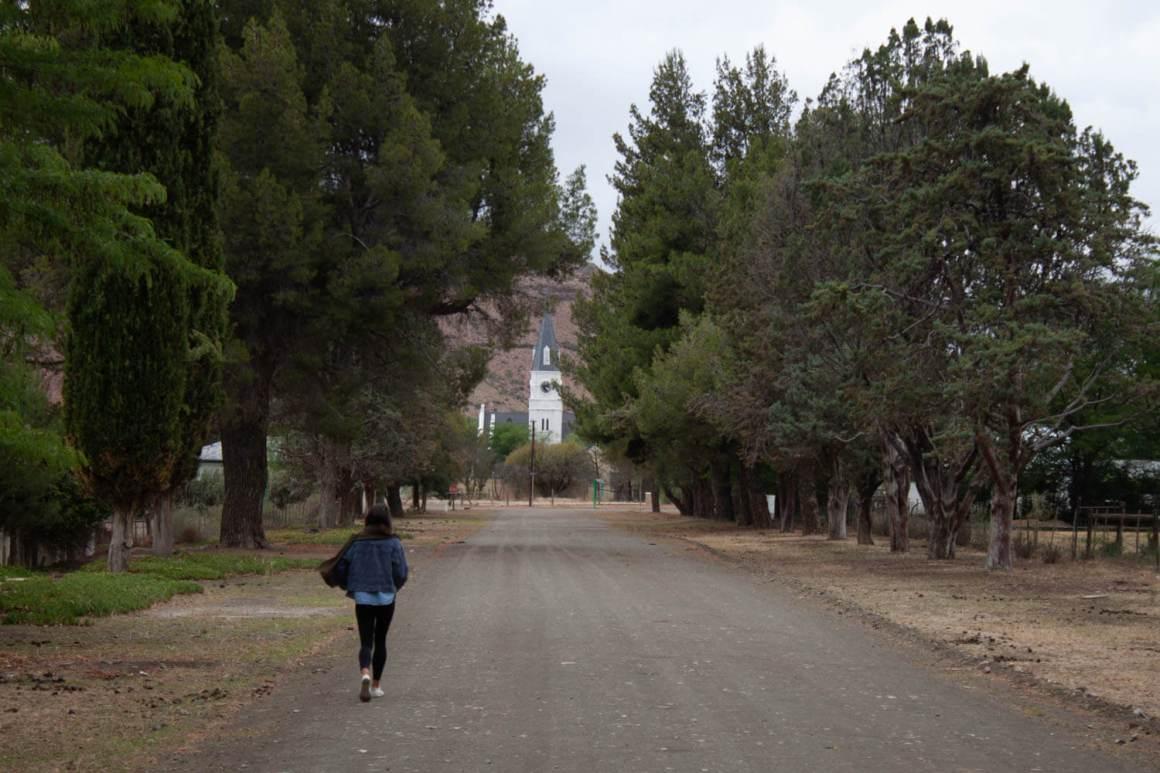 Kim walking down street towards Nieu Bethesda's church