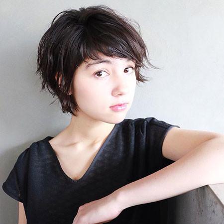Elegant-Short-Hair Chic Short Haircuts with Bangs