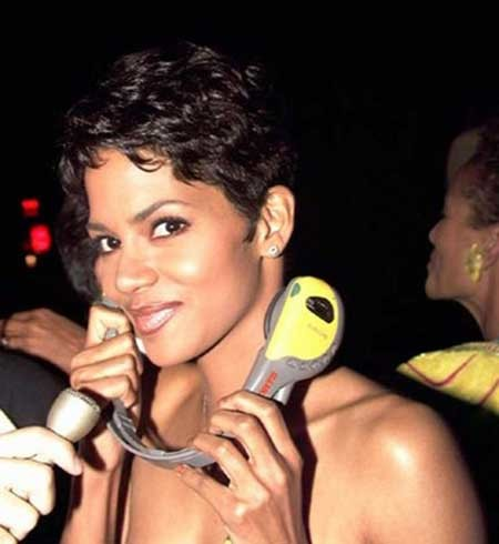 Halle-Berry's-Cool-and-Charming-Wavy-Pixie-Cut Nice Short Hairstyles for Black Women