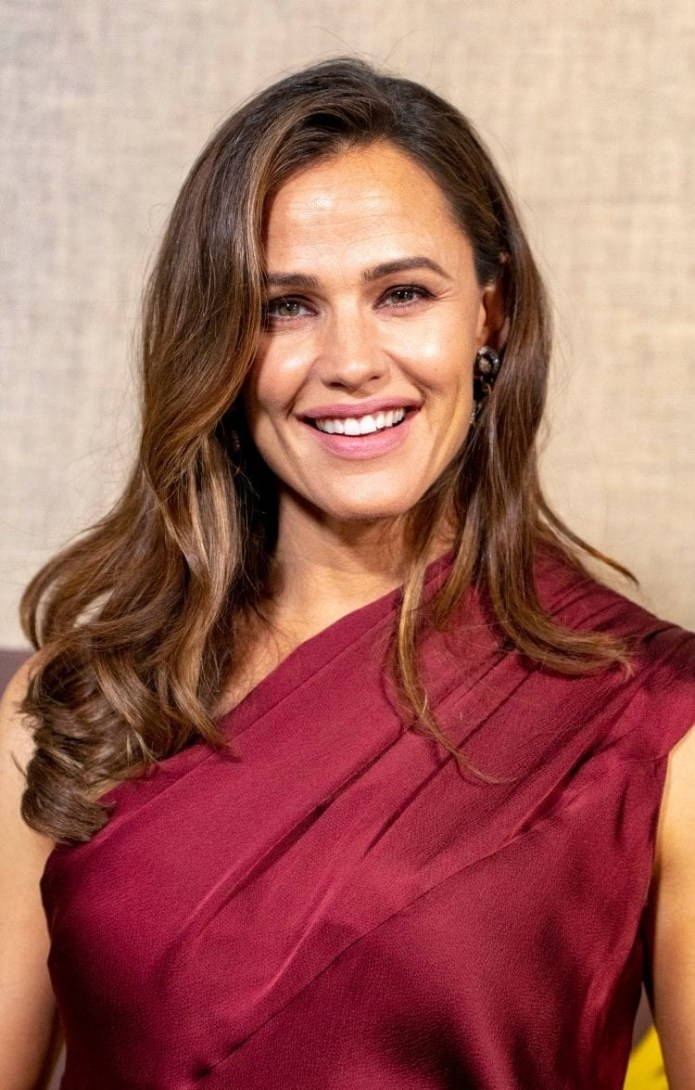 Jennifer-Garners-Side-Part-Soft-Waves Hairstyles for Women Over 40