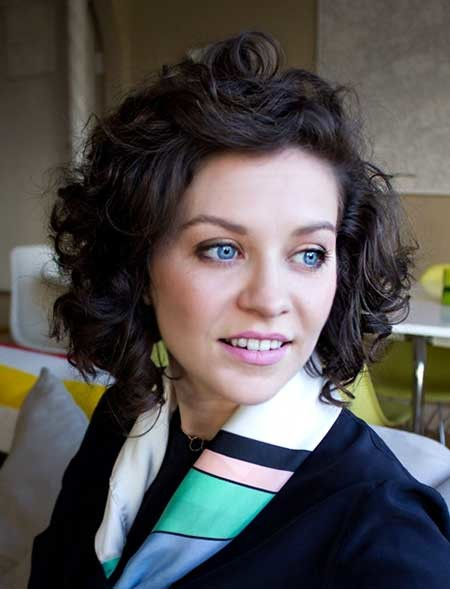 Short-Backward-Swept-Curly-Bob-Hairstyle Short Styles for Curly Hair