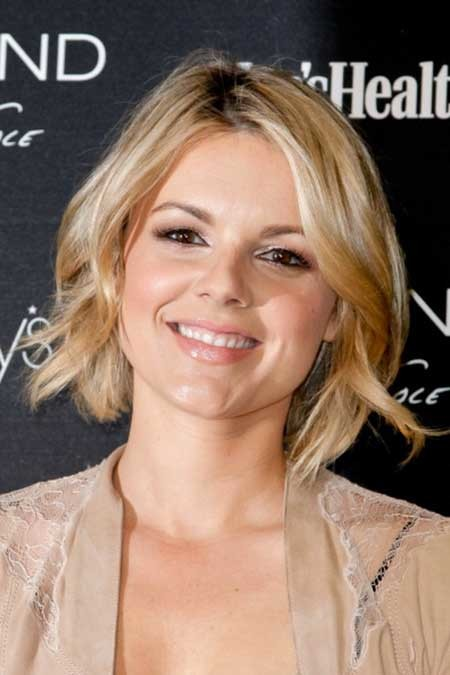 Simple-Side-Parted-Hair-with-Wavy-Ends The Best Wavy Hairstyles for Short Hair