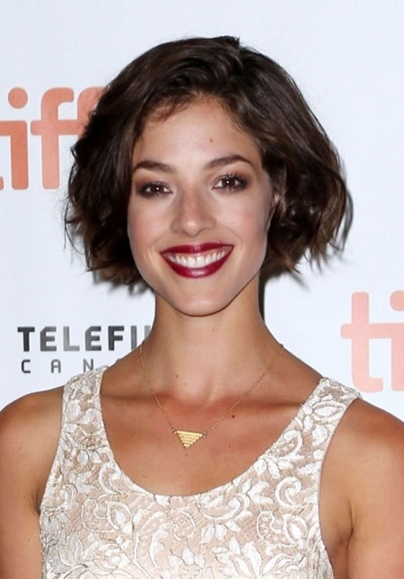Pretty-and-Attractive-Classic-Bob-Cut-with-Awesome-Wavy-Strands-of-Medium-Brown-Hair Best Bob Hairstyles 2019