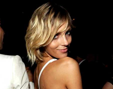 Simple-Blonde-Wavy-Hairstyle-with-Inverted-Edges Short Wavy Hairstyles 2019