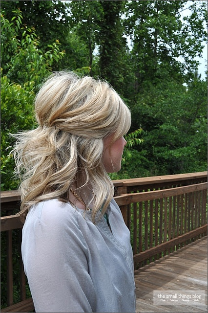 Bobby-Pinned-Half-Updo-Hairstyle-for-Medium-Curly-Hair Fashionable Mid-Length Hairstyles for Fall – Medium Hair Ideas