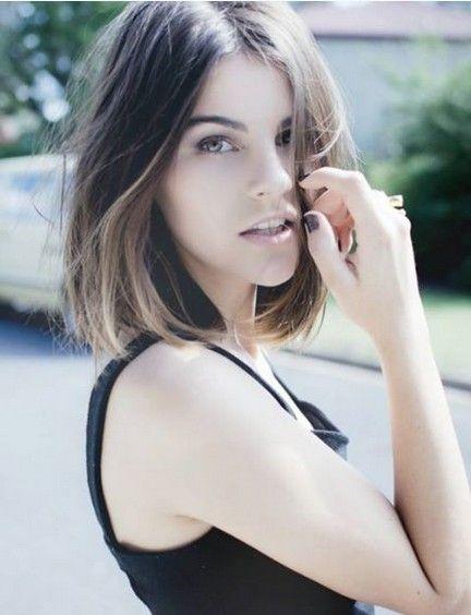 Pretty-Center-parted-Straight-Haircut-for-Medium-Hair Fashionable Mid-Length Hairstyles for Fall – Medium Hair Ideas