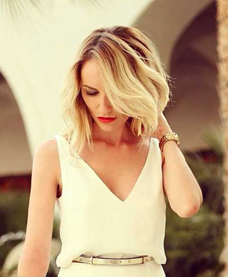 Side-Swept-Medium-Length-Wavy-Bob-Hairdo Best Short Haircuts for Wavy Hair