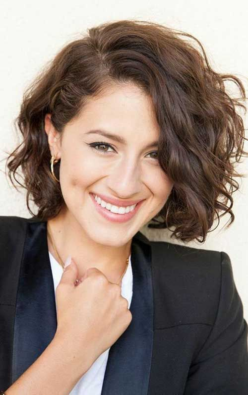 Side-Parted-Curly-Bob-Haircut Stylish and Glamorous Curly Bob Hairstyle for Women