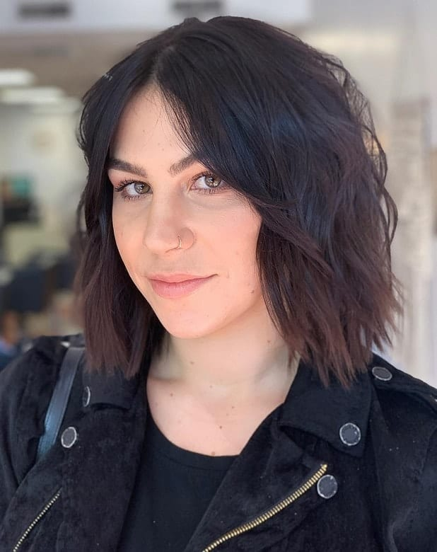 Wavy-Messy-Bob-with-Middle-Part Exotic Messy Bob Hairstyles That Women Love