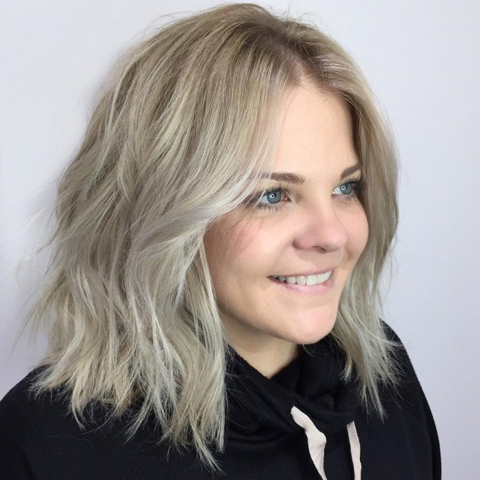 Wavy-Ash-Blonde-Lob 20 Stylish and Chic Bobs for Round Faces