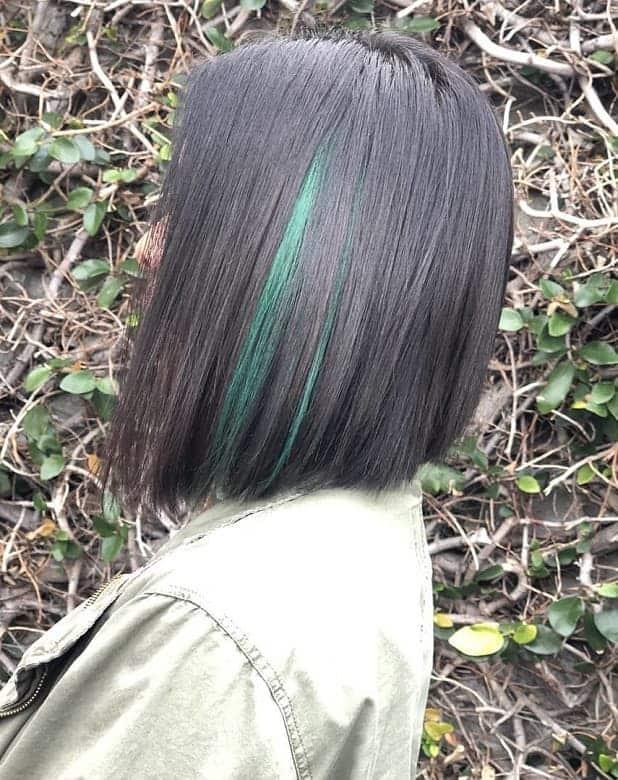 Green-Strands Amazing Medium Length Bob Hairstyles to Explore