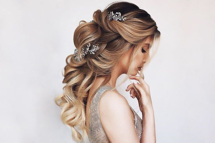 Super-Glam-curly-Hairstyle 25 Prom Hairstyles 2020 for an Exquisite Look