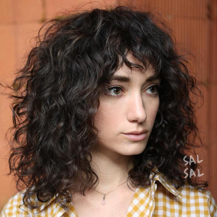 curly-hair-with-rich-texture-and-dimension 12 Chic Hairstyles For Women With Long Faces