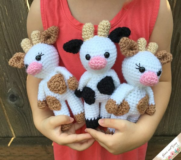 Mini Cow Amigurumi by Grace and Yarn | Free Crochet Pattern | Part of In Stitches #19 on The Unraveled MItten