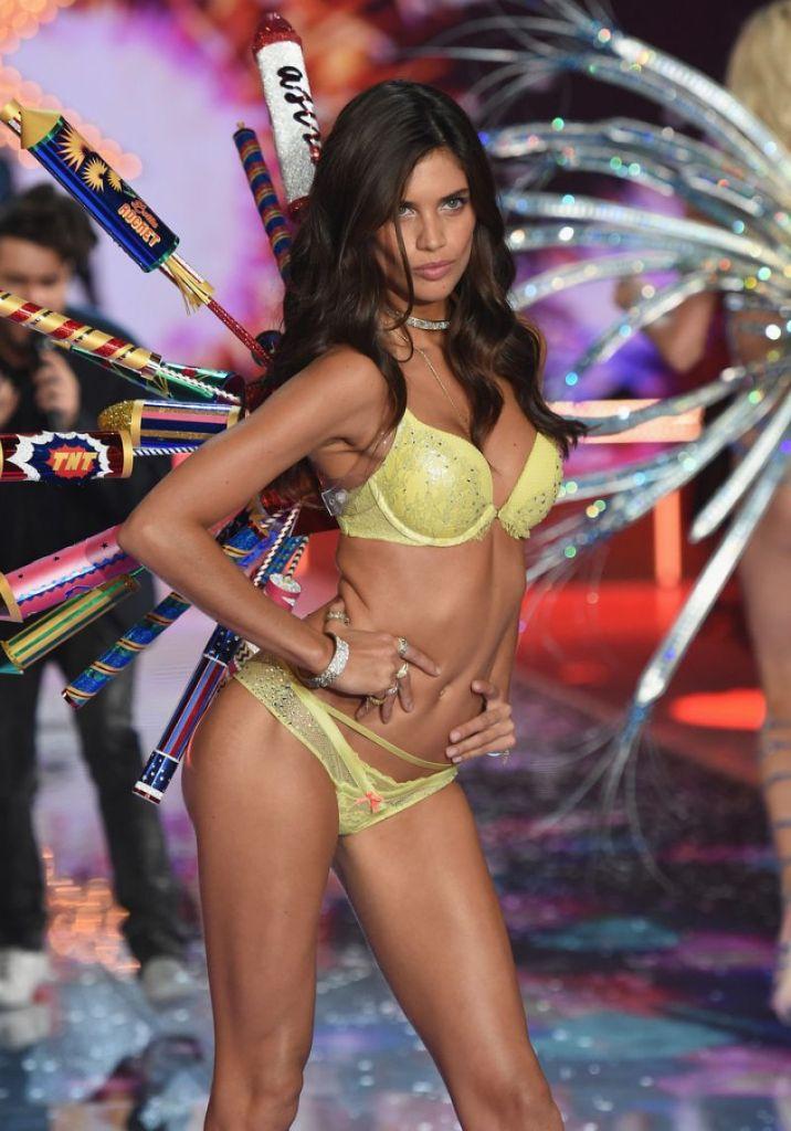 sara-sampaio-at-2015-victoria-s-secret-fashion-show_1