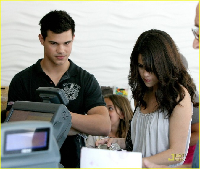 Selena-Gomez-Taylor-Lautner-Froyo-Friends-taylena-6548604-1222-1029