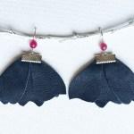 cercei floare albastra piele sashaccessories