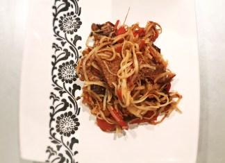 vita cu legume si paste in stil chinezesc
