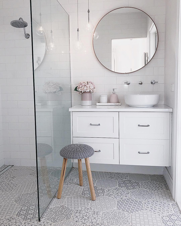 A small and flirty bathroom