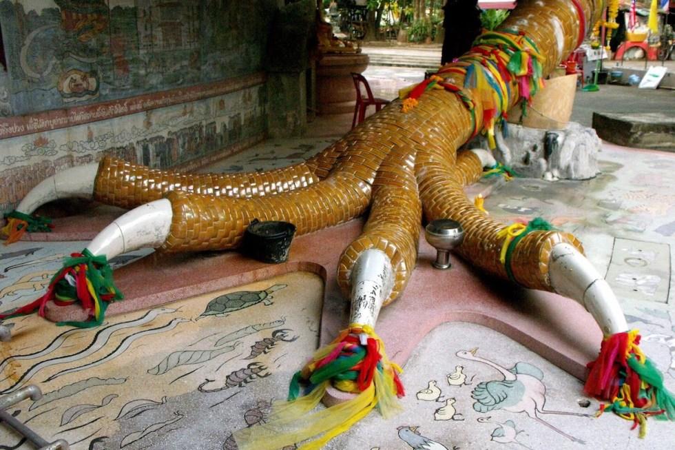 The dragon's five claws represent theFive Moral Preceptsin Buddhism.