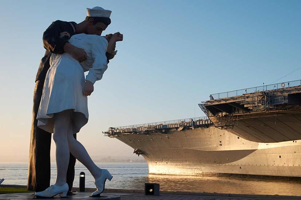 """Sailor kissing a nurse"" statue in San Diego, California"