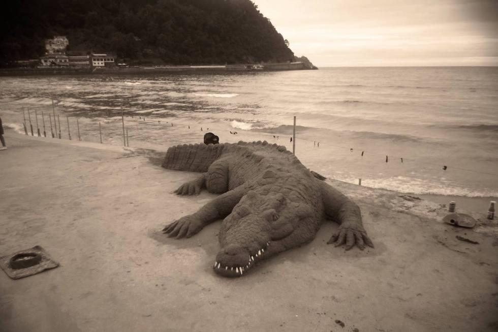 alligator sand sculpture