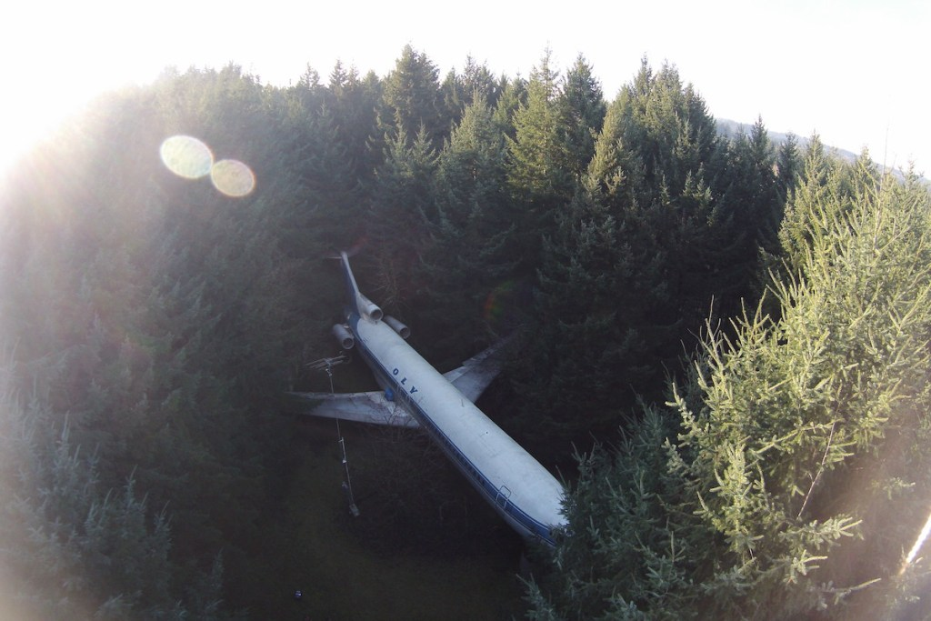 Bruce Campbell's Boeing 727-200 home in the woods