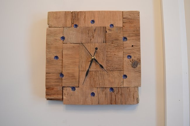 DIY Barnboard clock with chalk dust epoxy resin