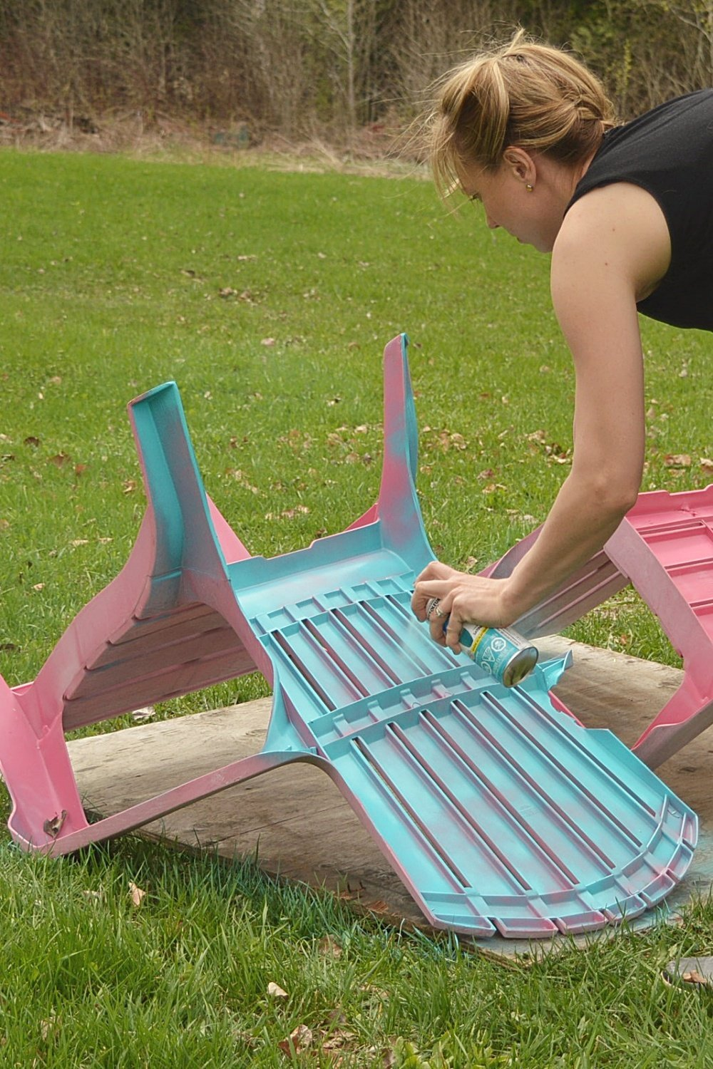 DIY painted plastic outdoor lawn chairs