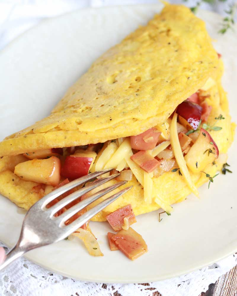 Vegan Omelette with facon, apple & thyme + vegan cheese