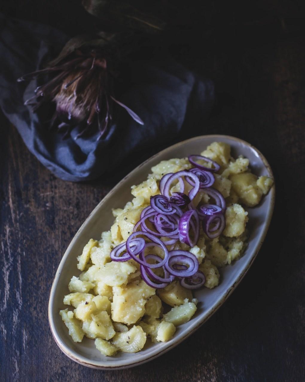 Kartoffelsalat mit roten Zwiebeln