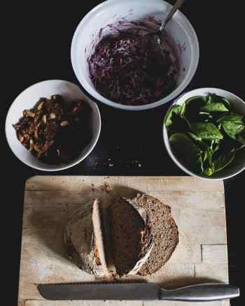 Jackfruit, Krautsalat, Babyspinat und Brot