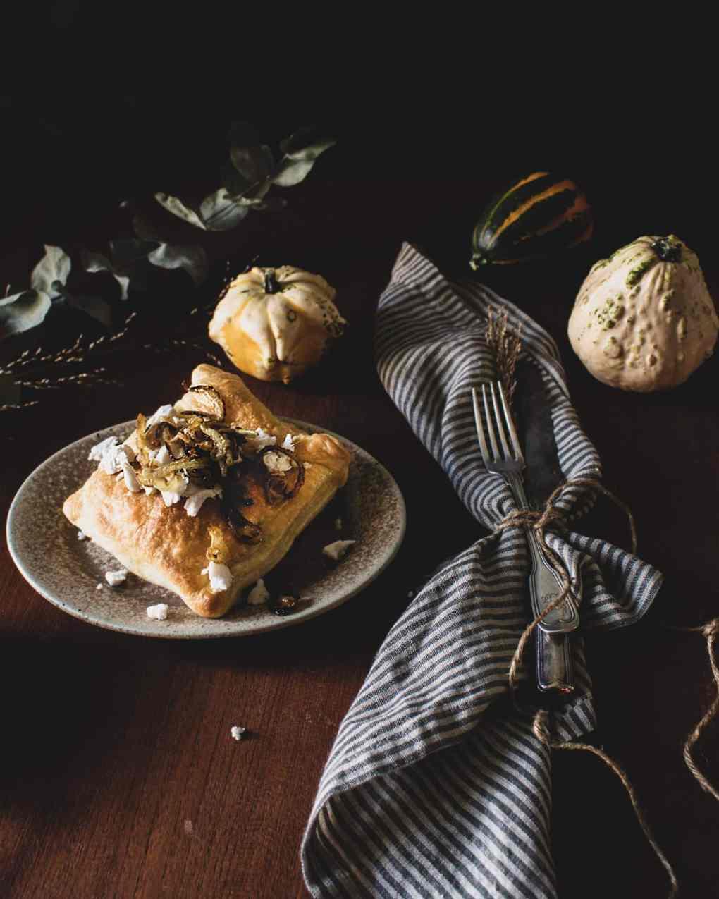 Blätterteig Taschen gefüllt mit Kürbis und Kartoffeln sowie pflanzlichem Feta