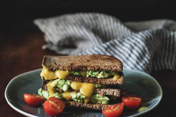 Avocadotoast mit veganem Eigelb
