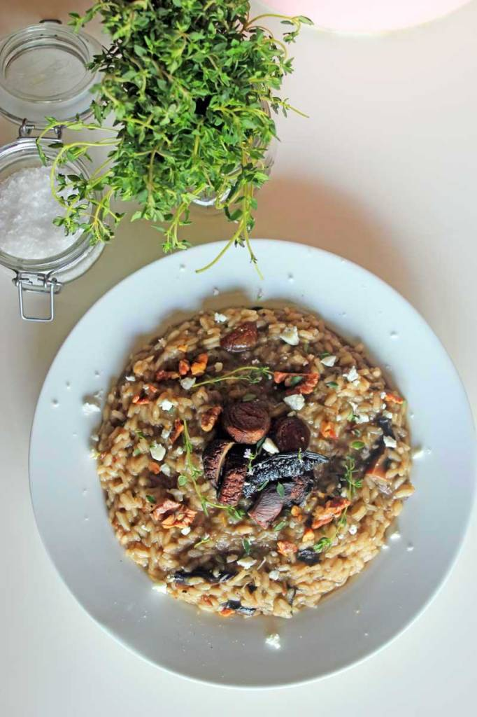 Roasted Mushroom and Toasted Walnut Risotto with Goat Cheese and Thyme / theveggiemama.com