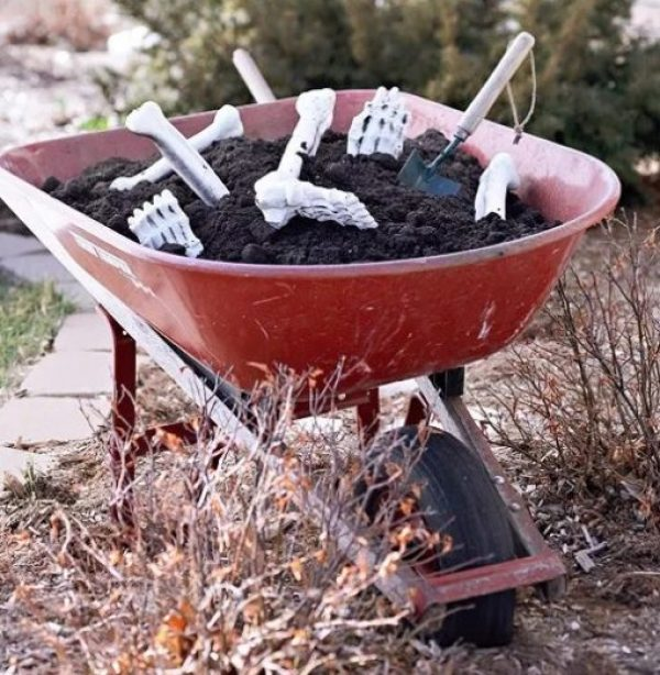 Wheelbarrow turned into a Halloween Display