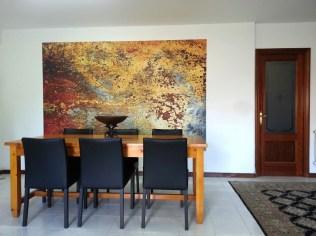 Una manera sencilla de lograr armonía es introducir elementos de color afines a las tonalidades de las maderas presentes.