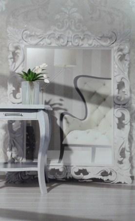 En esta imagen papel pintado de damascos en arena y perla. El mismo tono -con ligeras variaciones en suelos y paredes- producen un efecto amplio y luminoso.