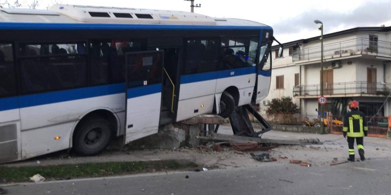 Incidente in Irpinia, bus Eav contro auto: 2 feriti, 1 grave|FOTO