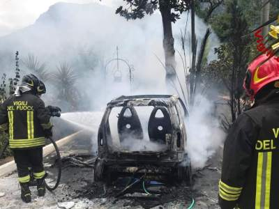 Auto in fiamme Solofra