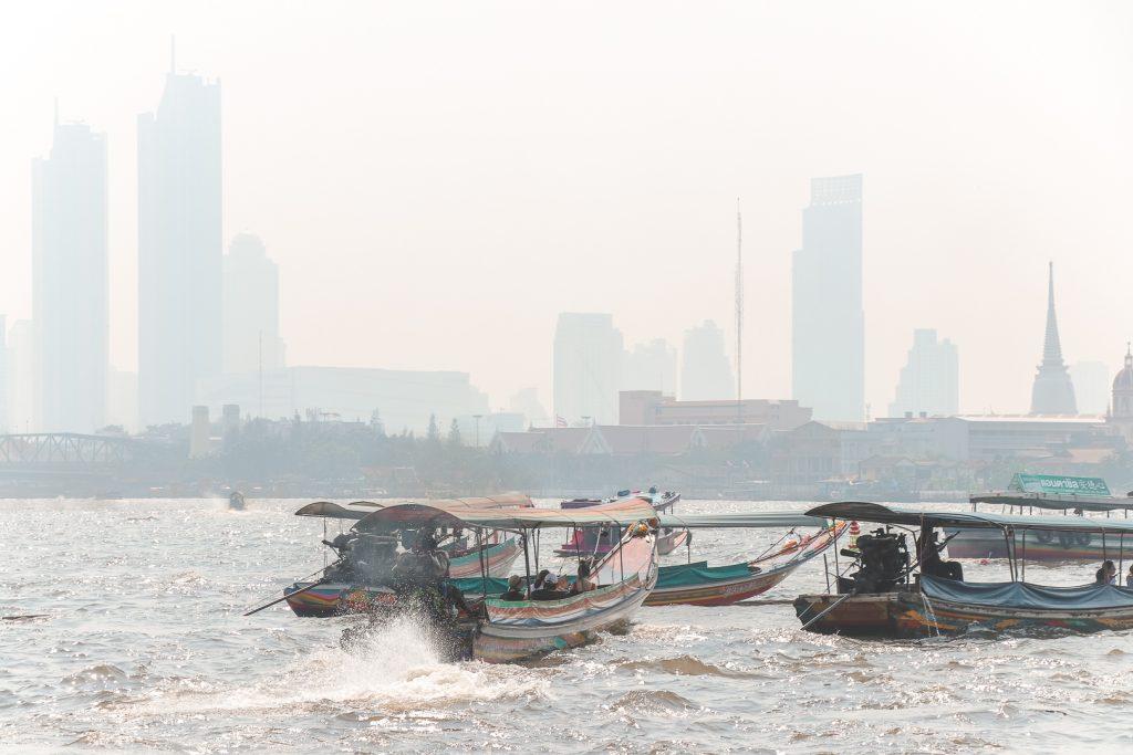 Houten bootjes op Chao Praya-rivier in Bangkok.