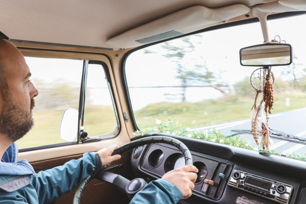 Rijden in Volkswagen Oldtimer.