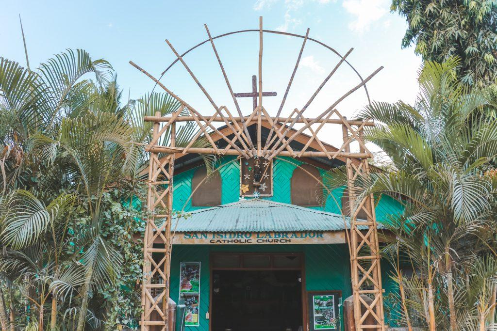 Katholieke kerk met bamboe entree in Port Barton
