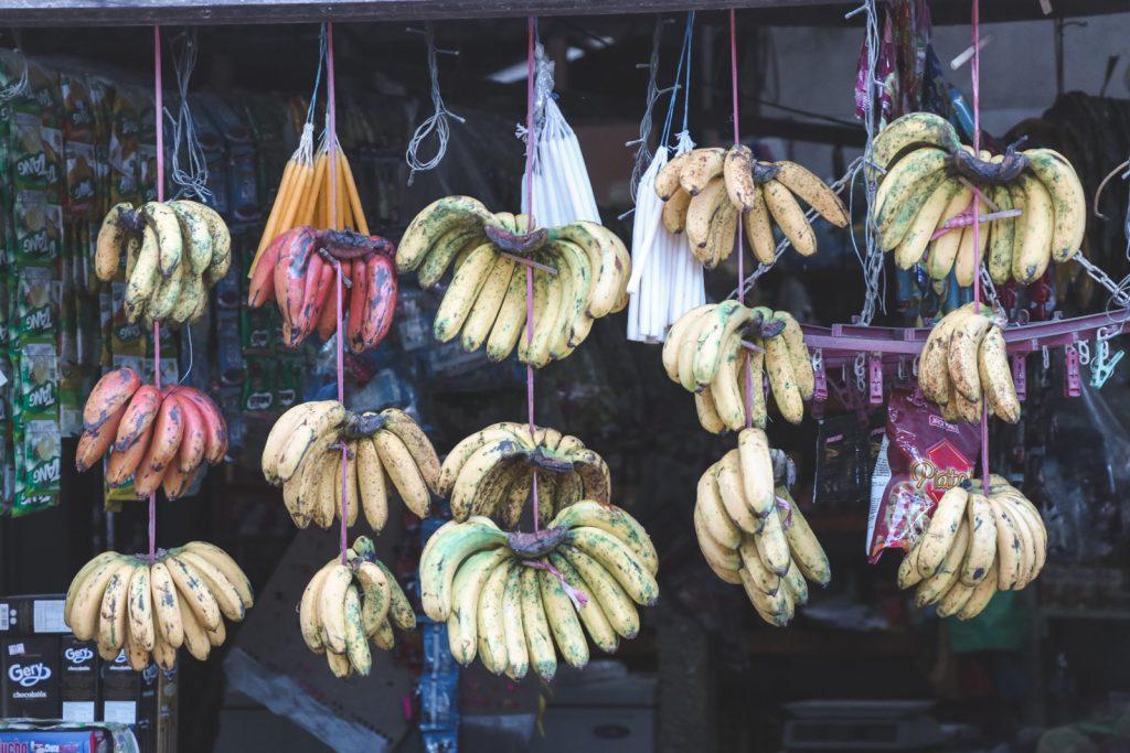 Rode en gele bananen aan touwtjes