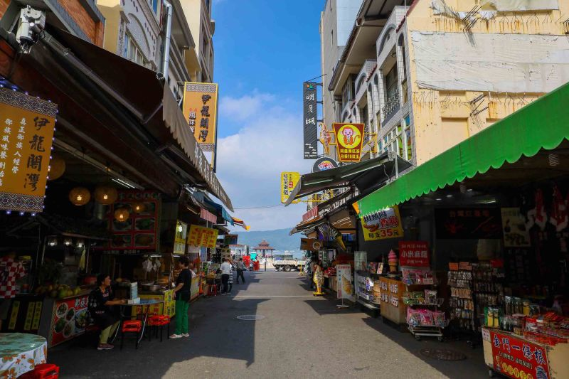 Ita Thao Stalls and Street Food sun moon lake day trip from Taichung