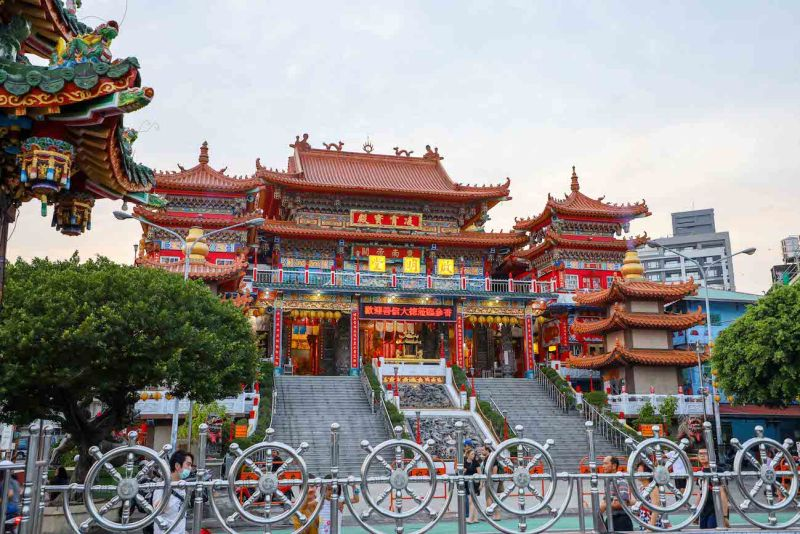 Chi Ming Temple Lotus Pond Kaohsiung how to visit